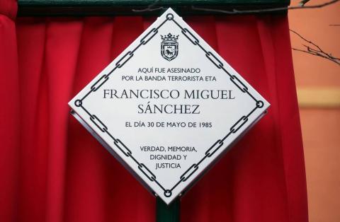 Cuatro placas colocadas este lunes en tres lugares en los que ETA perpetró atentados mortales en Pamplona recuerdan a las víctimas Joaquín Imaz Martínez, Carlos Sanz Biurrun, Alfredo Aguirre Belascoáin y Francisco Miguel Sánchez.