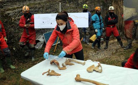 Este viernes ha sido presentado el importante hallazgo realizado en la cueva Errotalde I, en el término municipal de Erro. El 'hombre de Loizu' es el nombre con el que se han bautizado los restos humanos completos más antiguos localizados en Navarra, que datan del año 9.700 a.C.