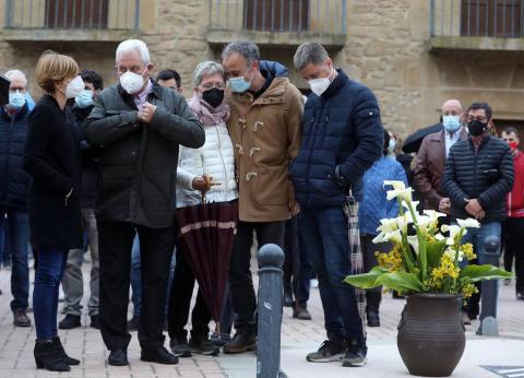 Unas 400 personas han acudido a la plaza de los Fueros y han acompañado a la familia del reportero