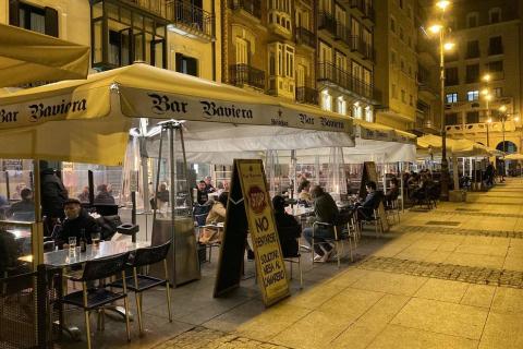 Poca gente en las terrazas de Pamplona a partir de las 23.00 horas de este martes, 11 de mayo, cuando el toque de queda ha sido levantado por el TSJN tras levantarse el estado de alarmaa
