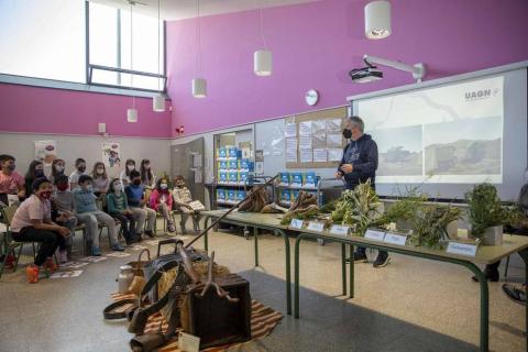 Solo hay 78 agricultores menores de 30 años en Navarra. Que los niños de la ciudad conozcan y valoren el crucial papel del sector primario llevó a productores de UAGN a un colegio de la capital