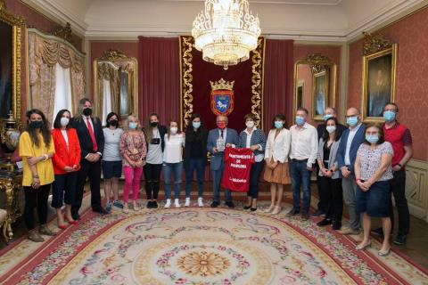 El Ayuntamiento de Pamplona ha recibido en la Casa Consistorial a la directiva, cuerpo técnico y capitanas del Club Atlético Osasuna Femenino, que hasta la última jornada disputada este domingo ha luchado por ascender a la máxima categoría del fútbol femenino nacional, la Primera Iberdrola.