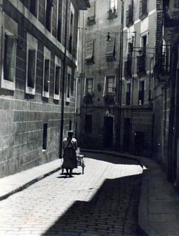 El Ayuntamiento de Pamplona inauguró la muestra en Condestable con fotografías que visibilizan la contribución de las mujeres para mantener en pie la sociedad.