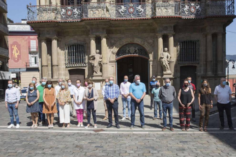 Representantes de todos los grupos municipales del Ayuntamiento de Pamplona, con el alcalde Enrique Maya a la cabeza, se han concentrado este lunes de manera silenciosa en la plaza Consistorial en solidaridad con las últimas víctimas de violencia machista.