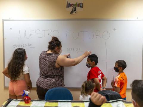 """La covid afectó """"especialmente a las familias gitanas, casi todas han sufrido casos"""". Esto propició un clima de desconfianza que los programas de Educación tratan de mitigar. La Asociación no quiso """"dejar frente al abismo"""" a su pueblo."""