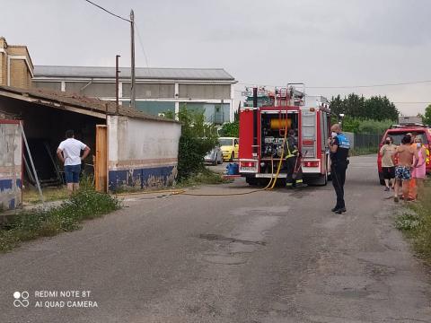 Fotos del incendio de material abandonado en una nave en la avenida del Instituto.