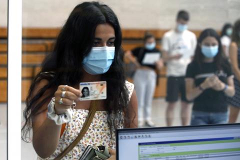 Fotos de una tarde de vacunación con jóvenes el polideportivo de la UPNA