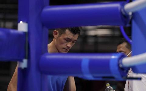 El boxeador chino tras caer derrotado