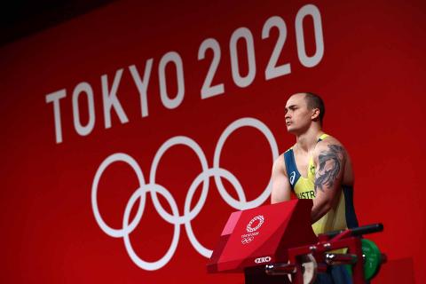 El haltera australiano se prepara antes de su ejercicio
