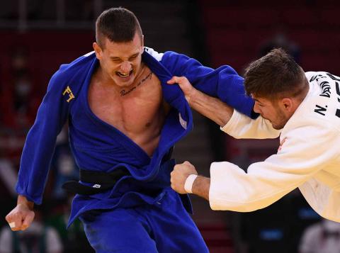 Los representantes neerlandés y turco en su combate de judo
