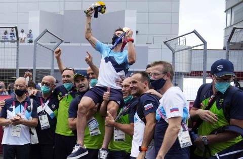 Roglic celebra su oro olímpico en ciclismo