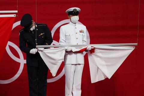 Bandera japonesa antes de la entrega de medallas de tenis de mesa