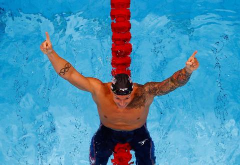 Dressel celebra su victoria en natación