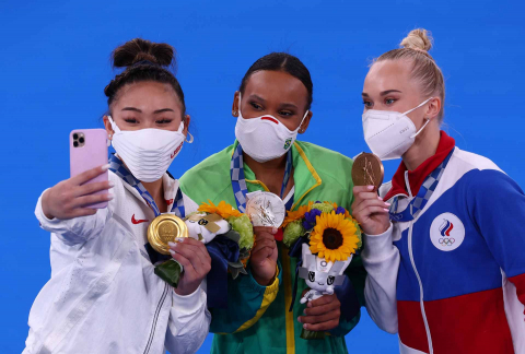 Las tres primeras clasificadas de la final de gimnasia