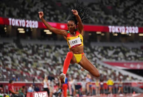 Atleta de Ghana durante triple salto