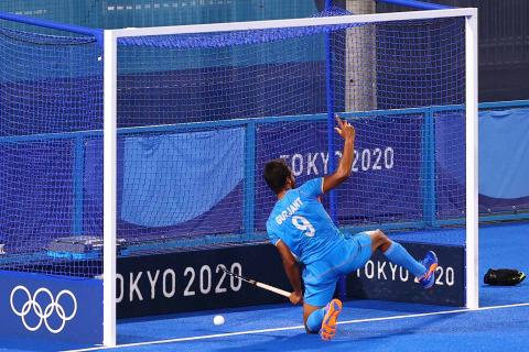 El jugador indio de hockey anota un tanto