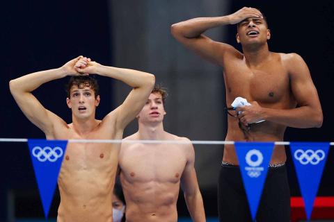Equipo brasileño de natación tras ser descalificados