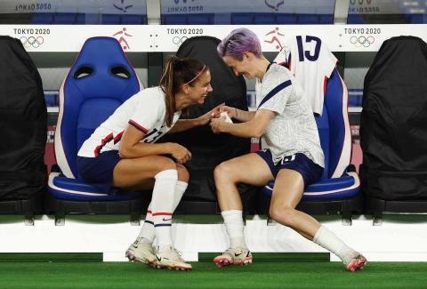 Megan Rapinoe y Alex Morgan durante el encuentro de Estados Unidos de fútbol