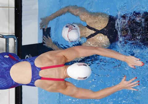 Nadadoras americanas se cruzan durante el relevo