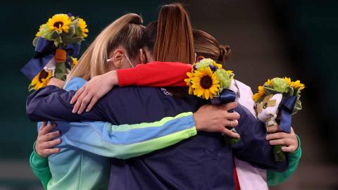 Abrazo de las tres medallistas femeninas de karate
