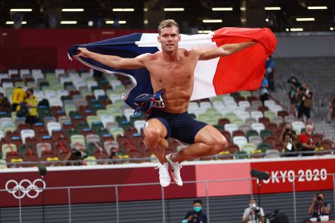 Atleta francés celebra su medalla de plata en decathlon