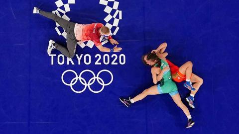Combate de lucha entre la atleta rusa y búlgara