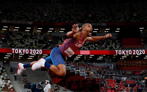 Damian Warner, atleta de Canadá, tras su lanzamiento de jabalina en el decathlon