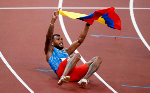 El colombiano Zambrano celebra su medalla de plata en 400 metros