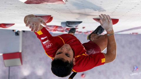 El escalador español Alberto Ginés durante la final en la que ha logrado el oro