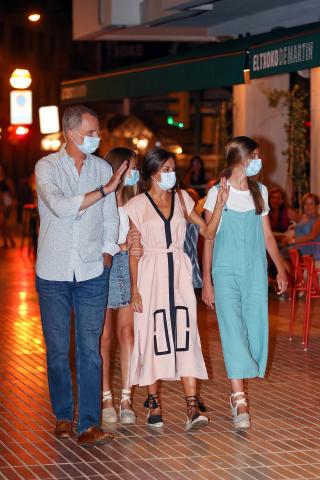 El Rey Don Felipe, La Reina Doña Letizia y la Princesa Leonor salen de 'El txoco de Martín', el restaurante propiedad de Martín Berasategui