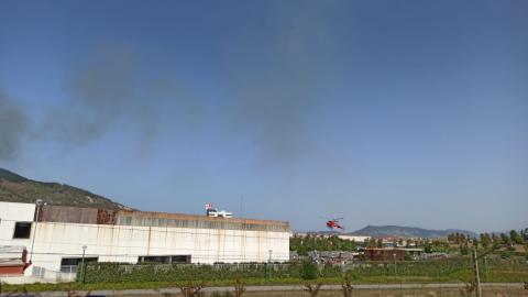 Imágenes de los helicópteros recogiendo agua en las piscinas de Artica para extinguir el incendio del monte Ezcaba