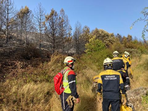Labores de extinción de los bomberos en el incendio del monte Ezcaba