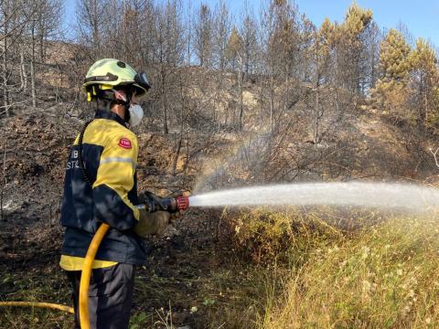 Bomberos extinguiendo el incendio del monte Ezcaba