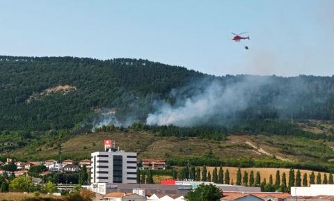 Un helicóptero en las labores de extinción del incendio del monte Ezcaba