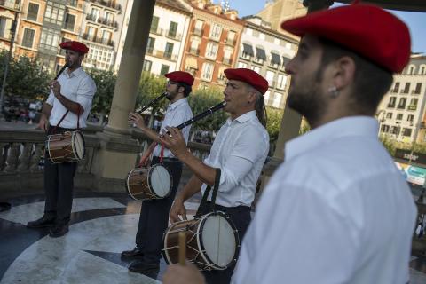 Txistus y gaitas en la Plaza del Castillo de Pamplona
