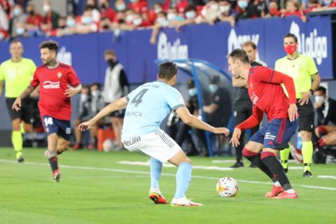 Un momento del partido entre Osasuna y Celta
