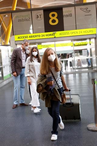 Los reyes despiden a la princesa Leonor en el aeropuerto de Madrid, que se marcha a estudiar a Gales