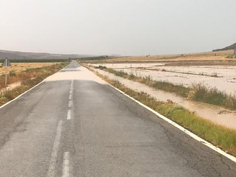 Carretera inundada tras la tormenta en Miranda de Arga