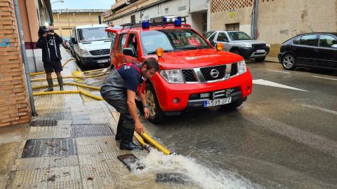 Bomberos achican agua de barios garajes en la calle Bardenas de Tudela.