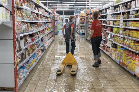 Imagen de uno de los pasillos del Supermercado Alcampo, con el suelo cubierto de agua