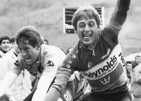 Julián Gorospe y Sean Kelly, en el alto de Ibardin de la Vuelta al País Vasco (1984)