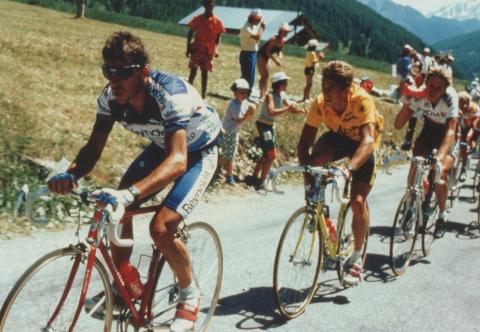 Pedro Delgado, delante de Lemond y Rooks, en el Tour de 1989. Ese año logró la victoria en Cerler