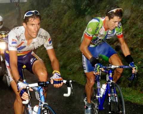 El Angliru se ganó una plaza de honor entre los puertos míticos de la Vuelta gracias al espéctaculo que brindó el Chava en sus rampas en 1999