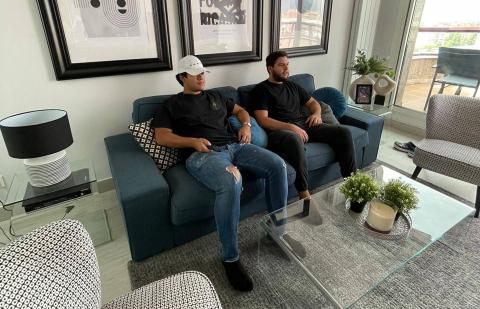 Manuel Moreta y Miguel Jovel, de 20 años, en su piso alquilado de Iturrama.