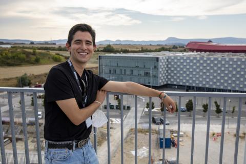 Luis Andrés Cifuentes Cifuentes, de 19 años, en la terraza de la residencia Bcome.