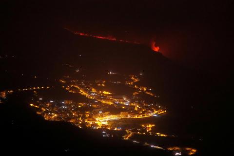 Momento en el que la colada de lava del volcán de La Palma llega al mar en la playa de Los Guirres