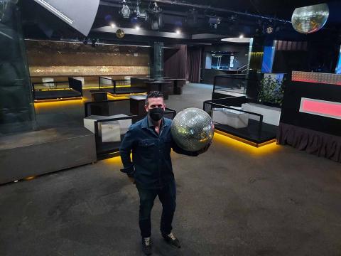 JUEVES, 23.00 HORAS Enrique Ibáñez Merino, de 39 años, socio  de la discoteca Canalla junto a Carlos Tabar, posa minutos antes de abrir