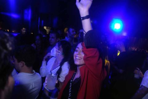 Reencuentros, abrazos y rostros desencajados de felicidad entre los estudiantes universitarios que coincidieron la noche del jueves en la sala de fiesta