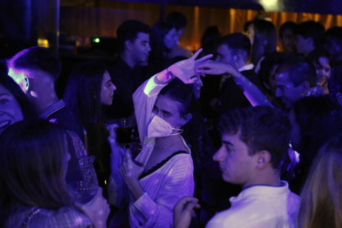 Una universitaria baila con mascarilla FFP2 durante la noche del  jueves en la sala Canalla de Pamplona