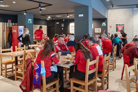 Aficionados de Osasuna almuerzan en los prolegómenos del partido ante el Rayoartido.